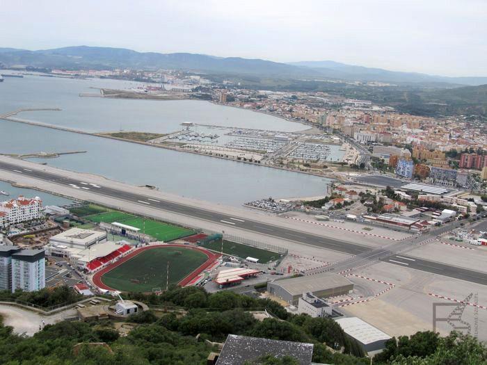 Lotnisko na Gibraltarze - wiedzie przez nie droga i szlak pieszych