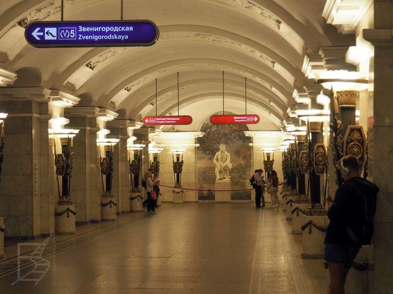 Metro z pomnikiem Puszkina