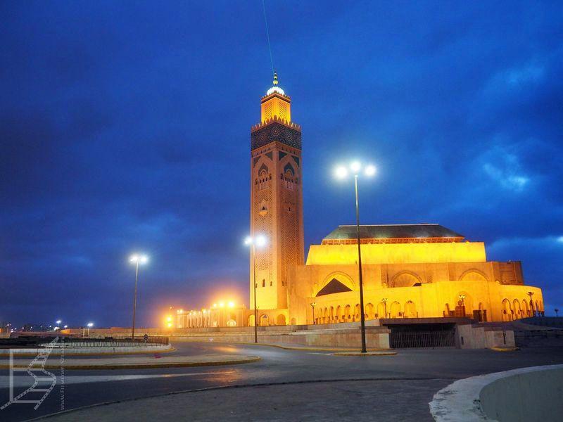 Meczet nocą, z laserem wskazującym Mekkę