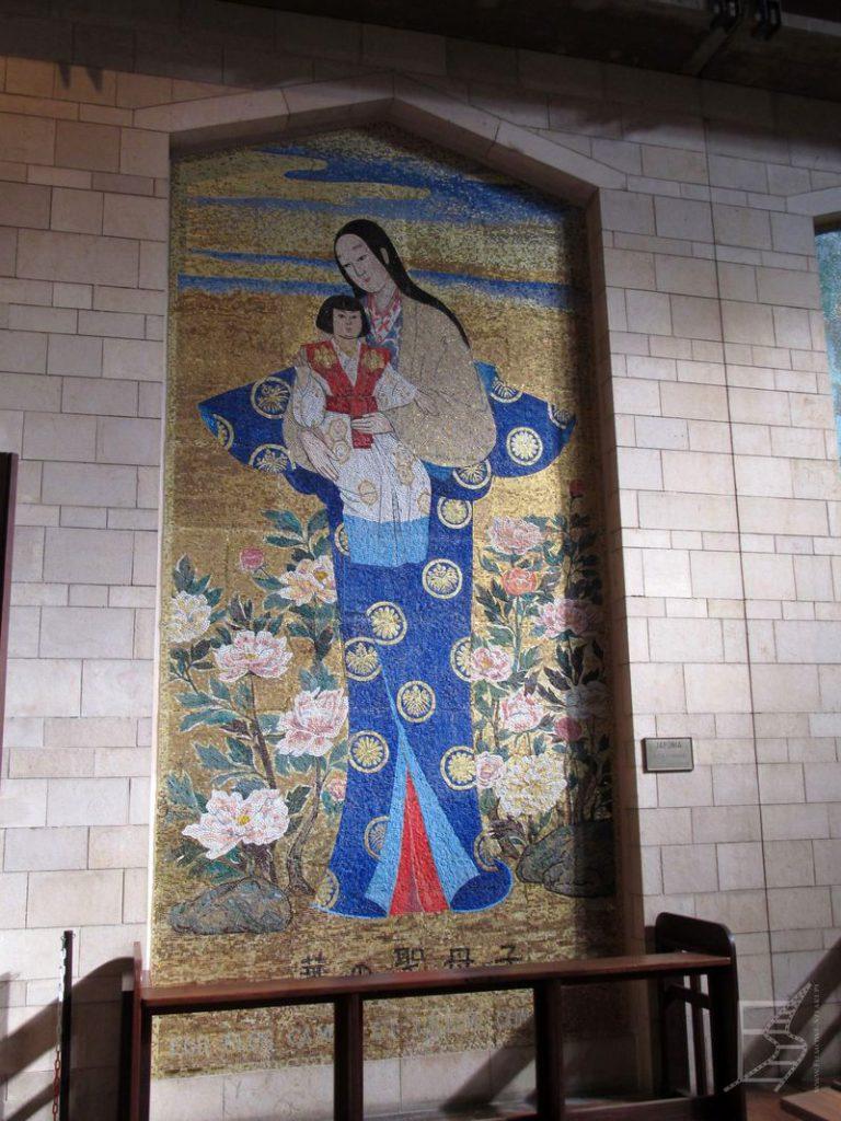 Jeden z przykładowych obrazów Matki Boskiej z całego świata w Bazylice.