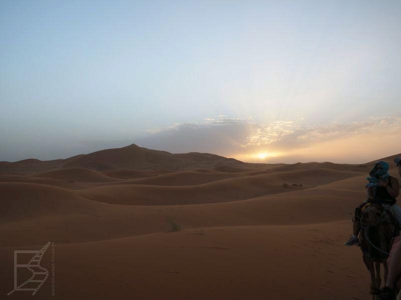 Zachód słońca i widok na wydmy Erg Chebbi