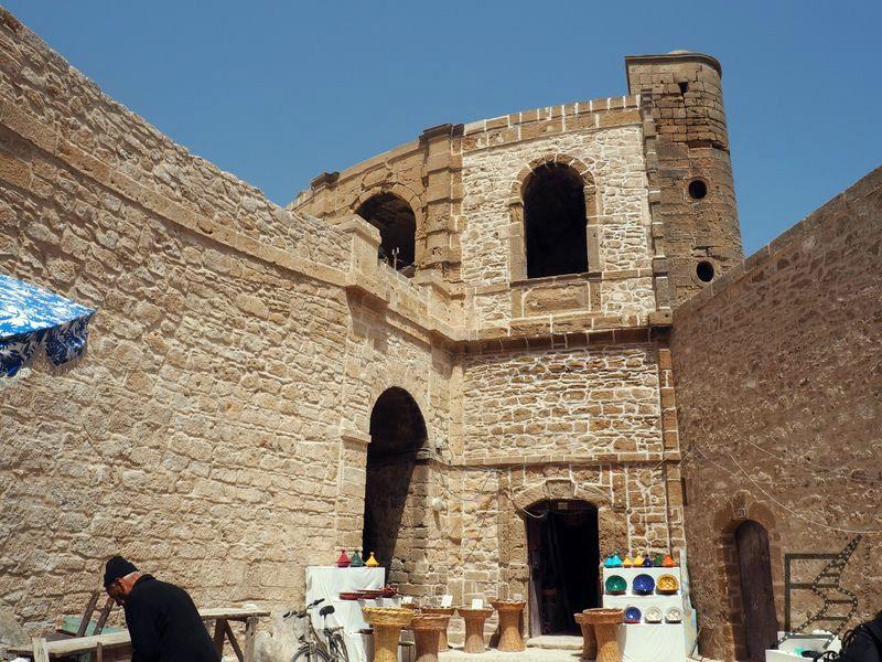 Przy murach miejskich kręcono wnętrza Astapor