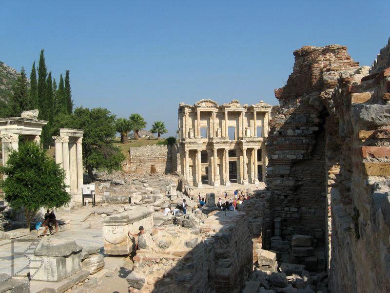 W tle słynna biblioteka Celsusa (Efez)