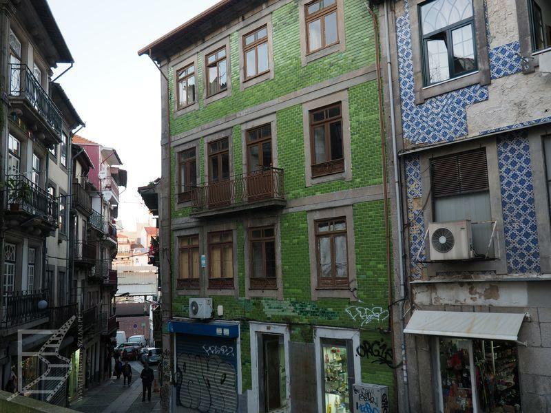 Azulejos na zewnątrz budynków w Porto
