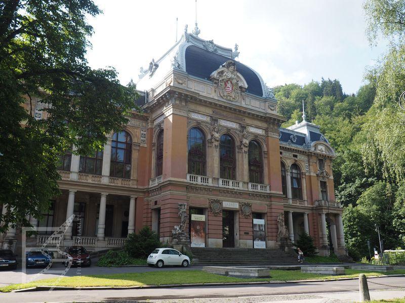 Dom zdrojowy Łaźnie I (wnętrza kasyna, fasada ostatecznie nie użyta w filmie)