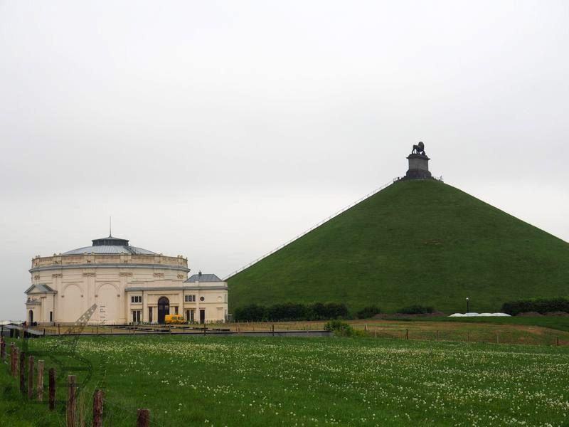 Kopiec, muzeum i lew