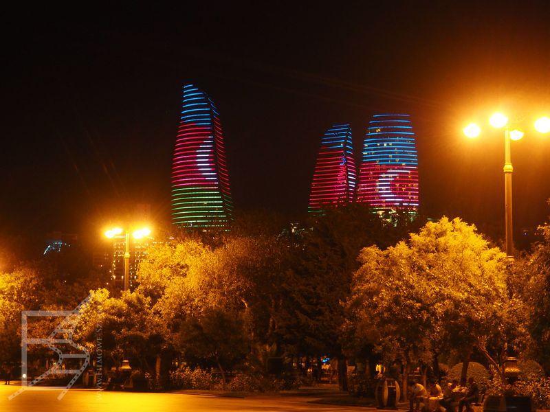 Ogniste wieże nocą