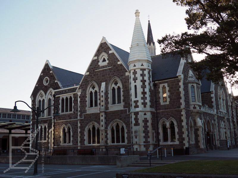 Bardziej klasyczny budynek w angielskim stylu