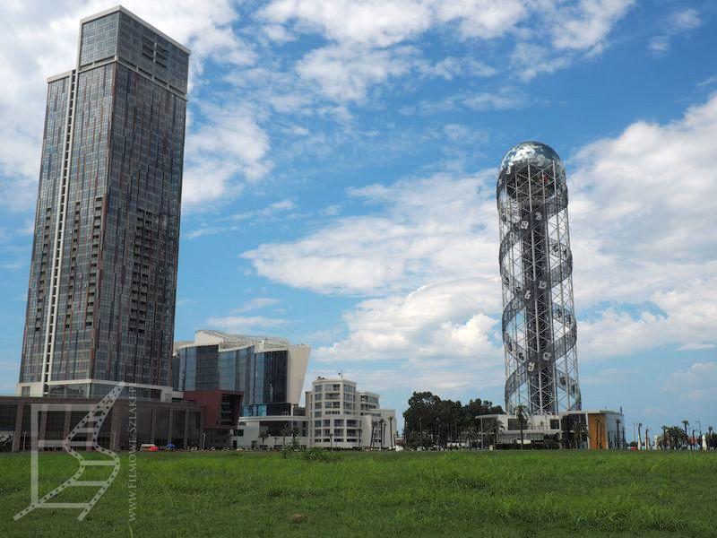 Wieża Alfabetu (po prawej)
