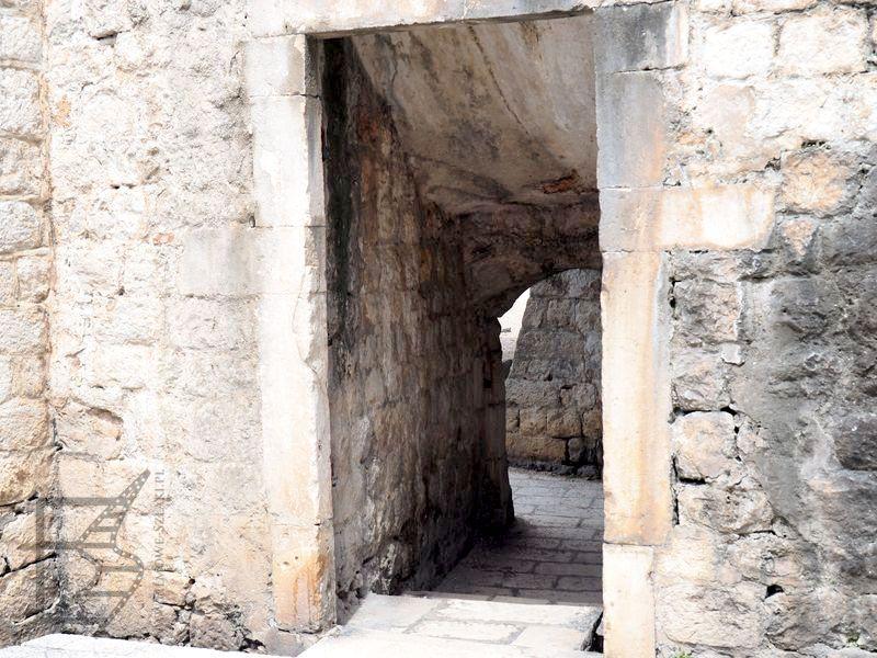 Małe przejścia w murach nieopodal bramy Pile