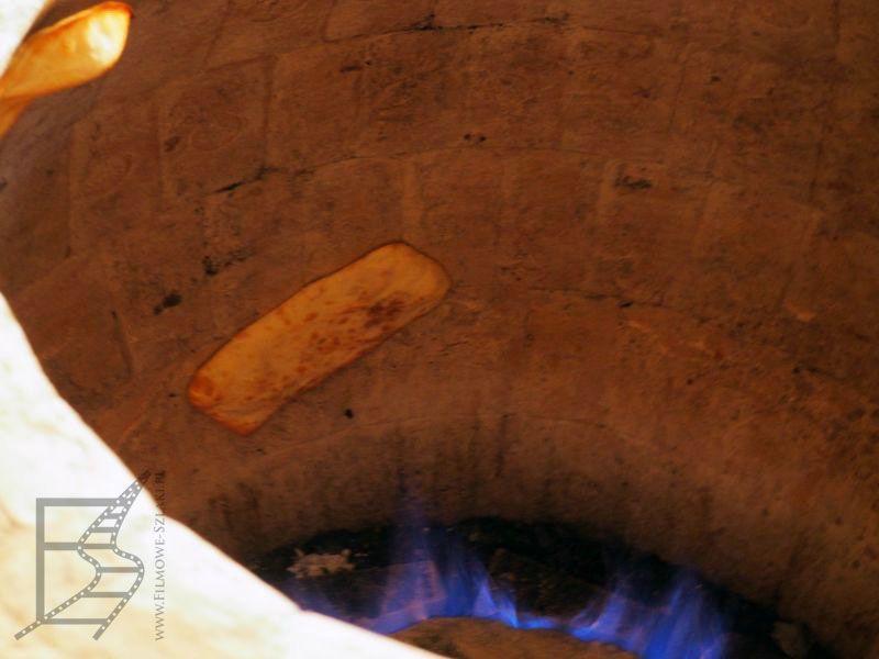 Chleb wypiekany w tradycyjnym gruzińskim piecu