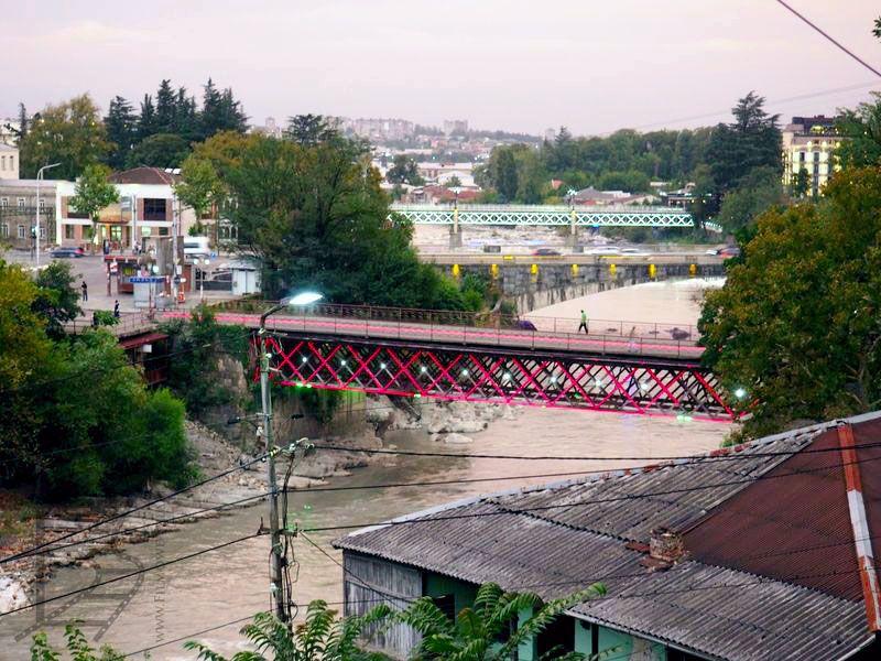 Czerwony most nad rzeką Roni