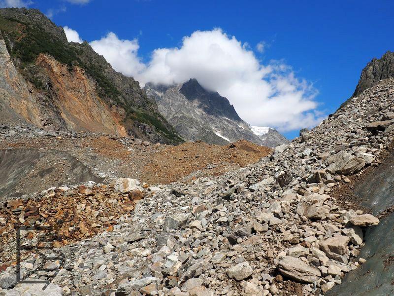 Droga na lodowiec jest miejscami kamienista i niezbyt stabilna