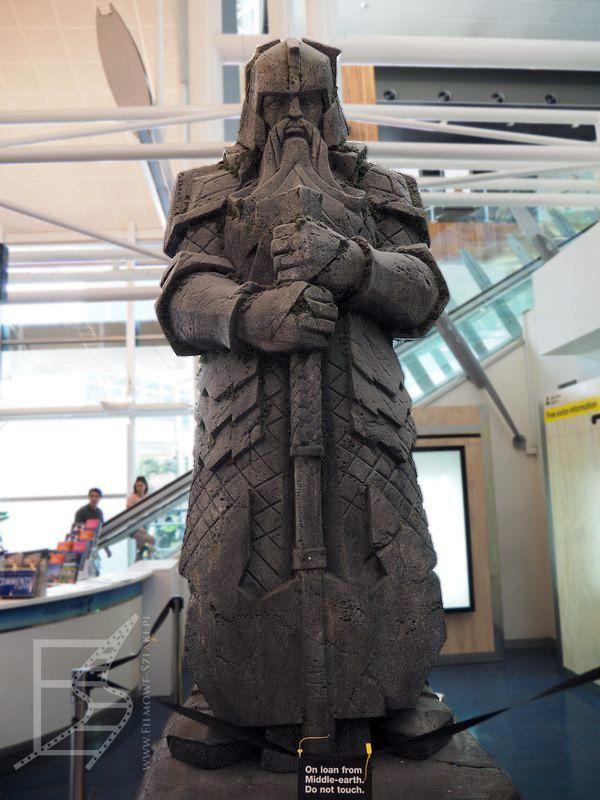 Posąg krasnoluda na lotnisku AKL