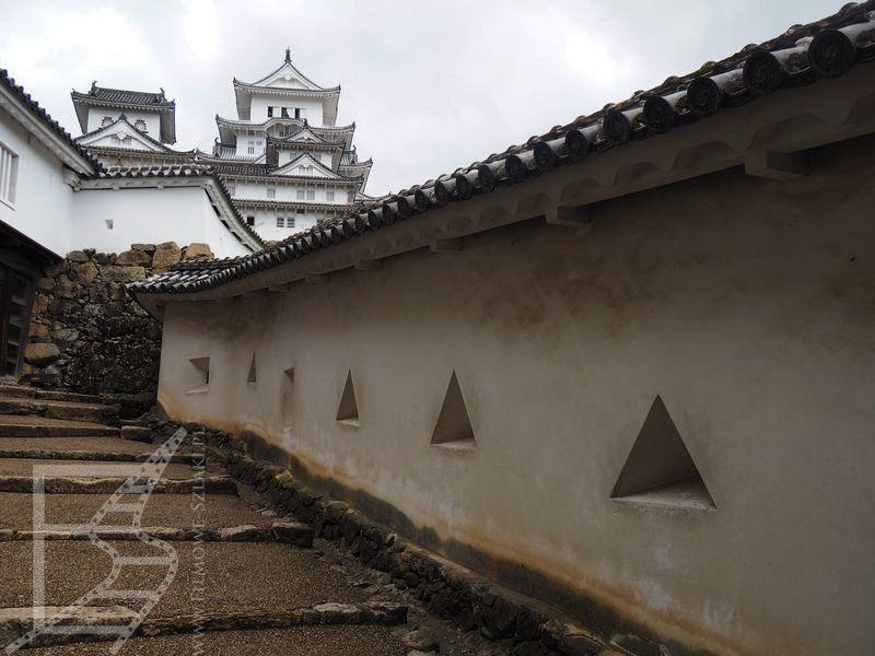 Mury obronne, wykorzystane przez Kurosawę jak i w Bondzie