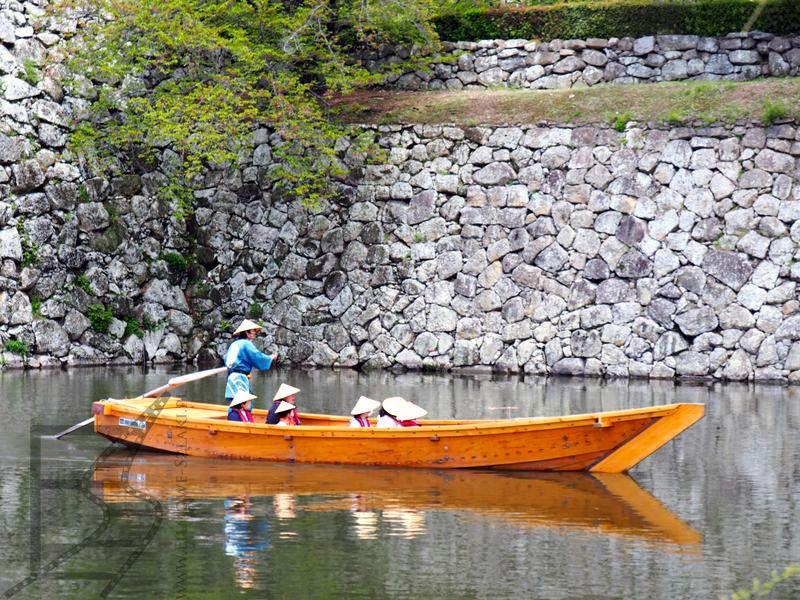 Po fosie przy zamku można pływać wynajętą łodzią