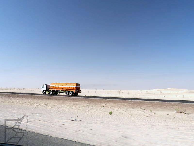 ZEA i ciężarówka na drodze (klimat jak z Mad Maxa)