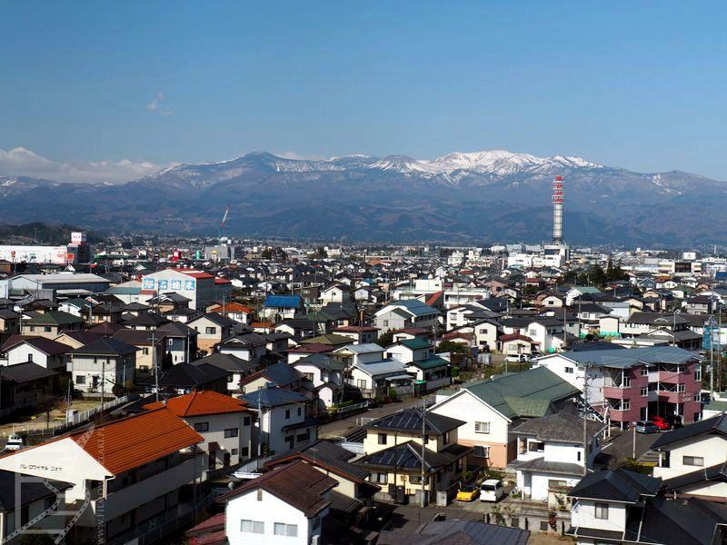 Typowy japoński krajobraz zza okna pociągu