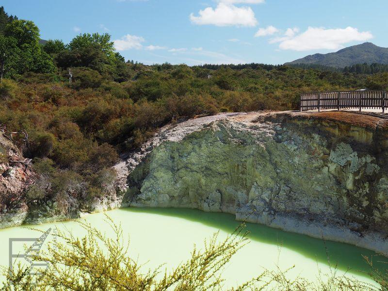 Kolorowe jeziorka w Wai-o-Tapu