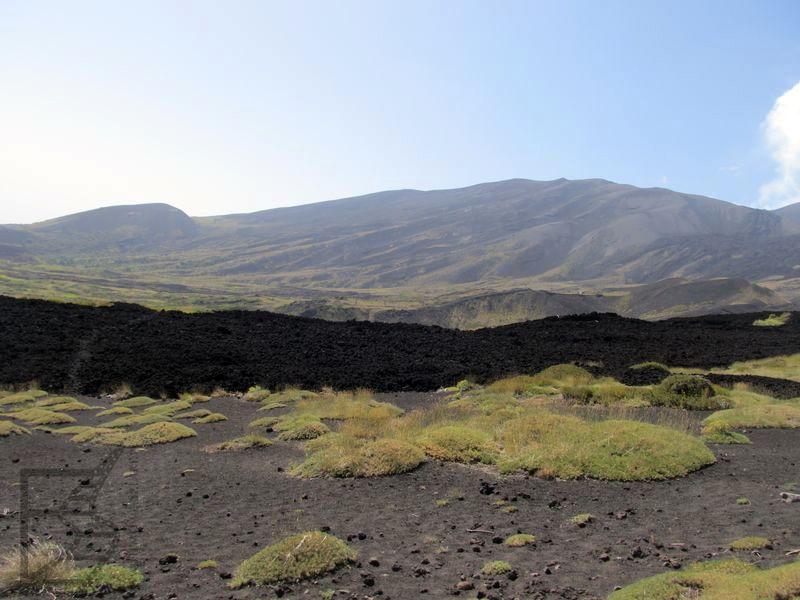 Zaschnięta lawa wokół Etny