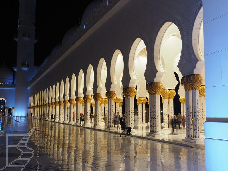 Wielki Meczet Szejka Zajida jest fenomenalnie oświetlony nocą