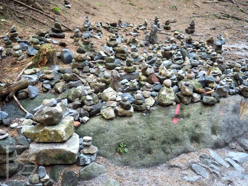 Kamienne ludki na szlaku