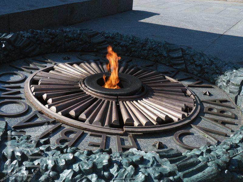 Ogień przy Pomniku Nieznanego Żołnierza w Kijowie
