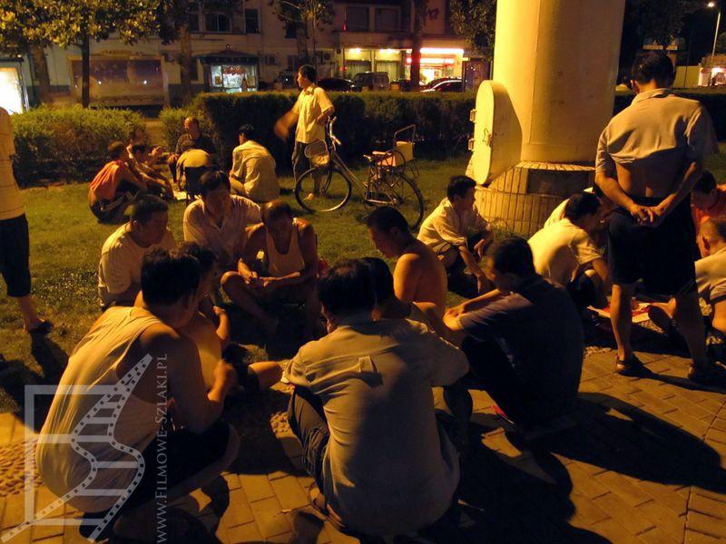 Wieczorami Chińczycy wspólnie bawią się na ulicach