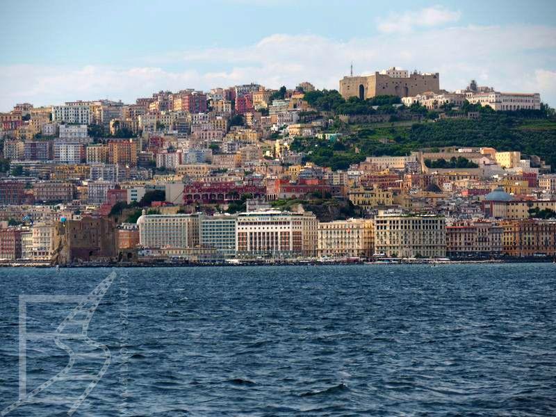 Neapol od strony zatoki (na górze wznosi się zamek św. Elma)