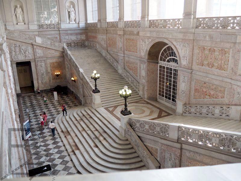 Wnętrza pałacu przypominają ten w Casercie