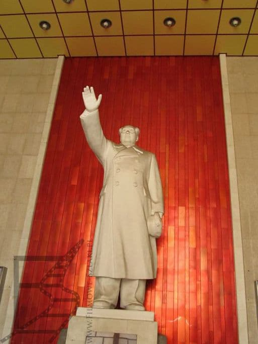 Pomnik Mao Tse Tunga przy moście