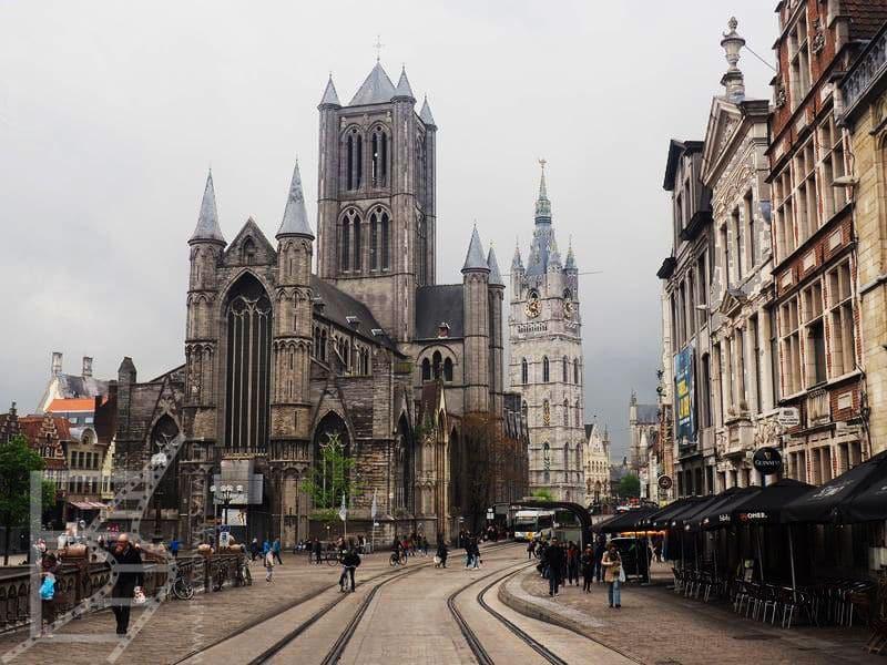 Widok na katedrę w Gandawie (Gent) z mostu Sint Michielsbrug