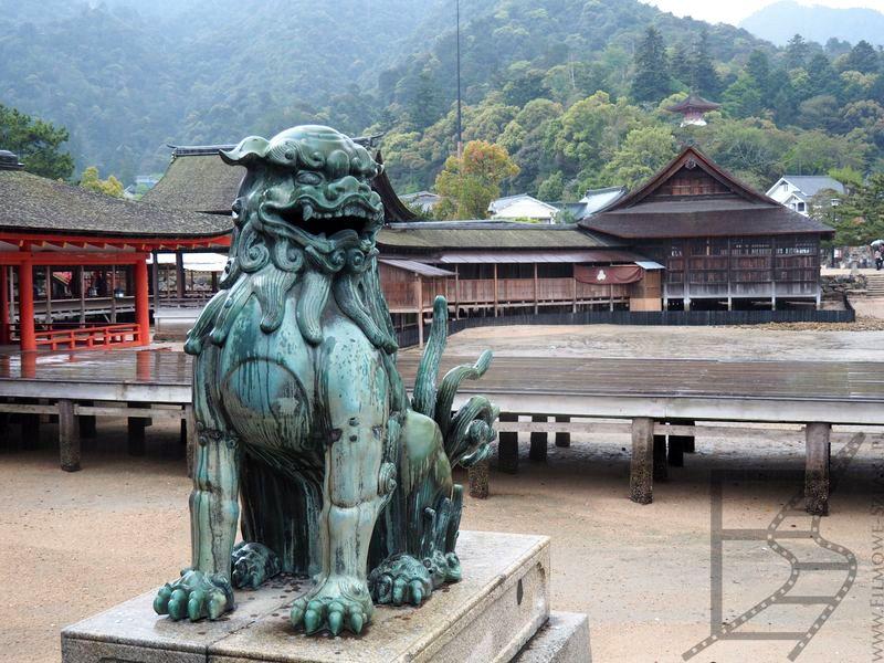Świątynia w Miyajima podczas odpływu