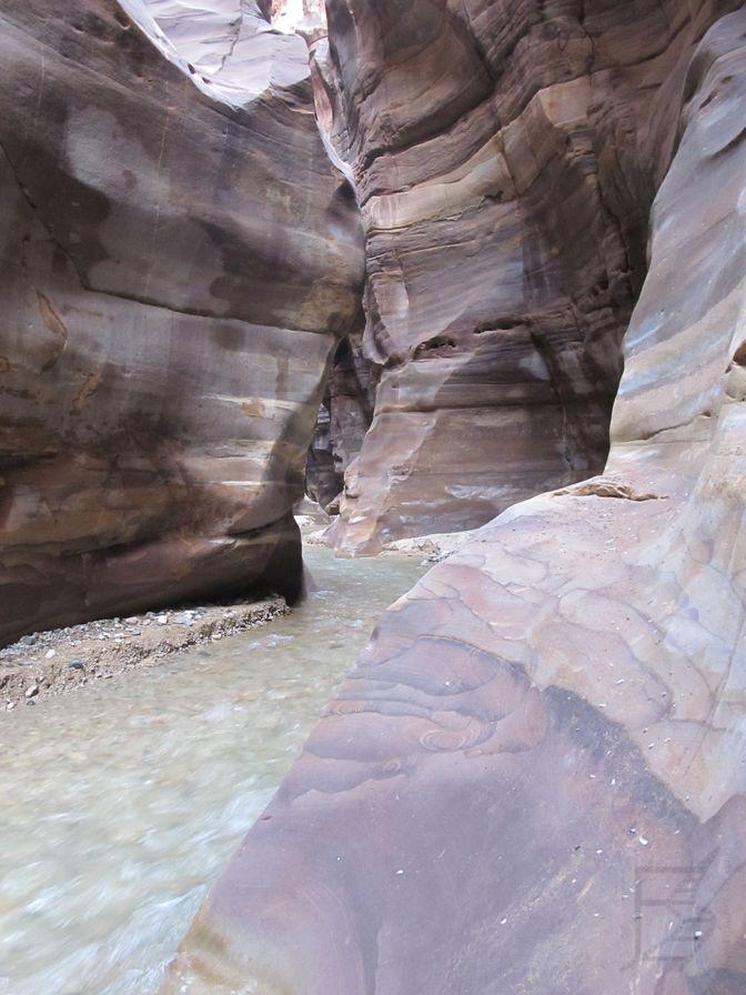Wadi Mujib, zwiedzanie polega na przedzieraniu się przez rzekę