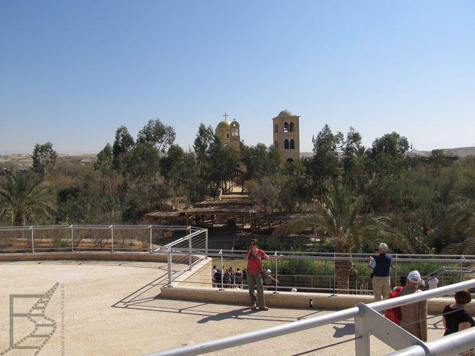 Rzeka Jordan, na dole baptysterium w rzece, a po drugiej stronie Betania za Jordanem (Jordania)