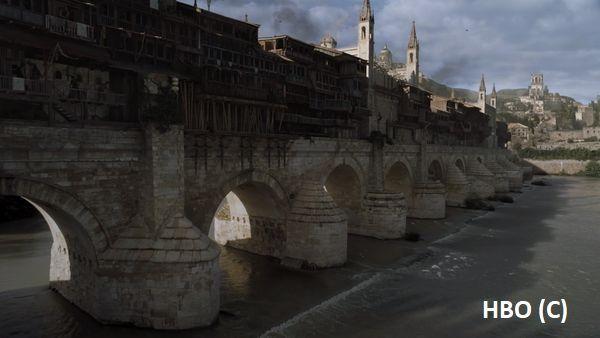 """Volantis i Długi Most w """"Grze o tron"""" (HBO). Dolna część to stary most rzymski w Kordobie, górna grafika komputerowa."""