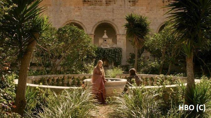 """Eddard i Cersei w ogrodach Czerwonej Twierdzy w Królewskiej Przystani – Rabat """"Gra o tron"""""""