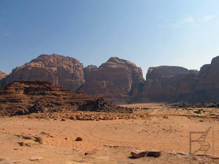 Typowy krajobraz pustyni Wadi Rum, piasek i skały w tle