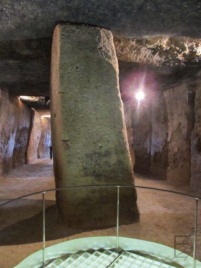 Wnętrze megalitycznej budowli (Dolmeny Menga)