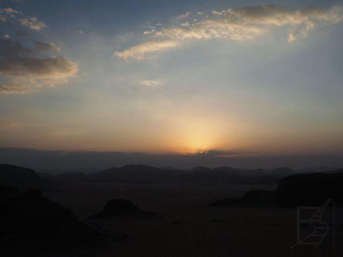 Zachód słońca na jordańskiej pustyni