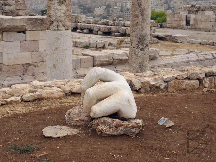 Cytadela w Ammanie. Kiedyś wznosiła się tu Świątynia Herkulesa z jego wielkim pomnikiem, dziś pozostały tylko Palce Herkulesa.