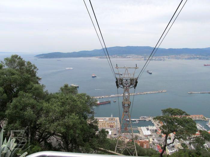 Wjeżdżanie na Skałę, w tle port (widoczny w Bondzie, Gibraltar)