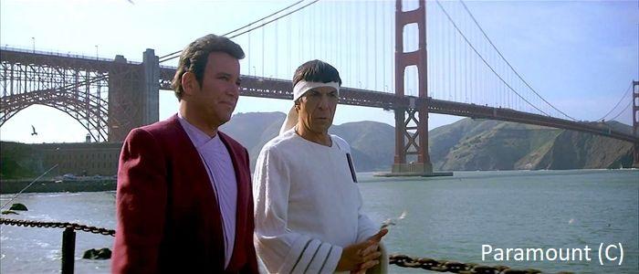 """""""Star Trek IV: Powrót do domu"""" (1986), Kirk i Spock spacerują w tle most Golden Bridge. Most pojawił się w kilku ujęciach filmu, ukazano też spacer po centrum."""