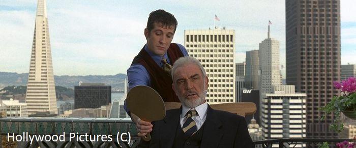"""""""Twierdza"""" (1996) i San Francisco. Choć akcja dzieje się w Alcatraz, to jednak więcej prawdziwych ujęć widać w innych scenach, jak tu Sean Connery na tle centrum, w tym Transamerica Pyramid."""