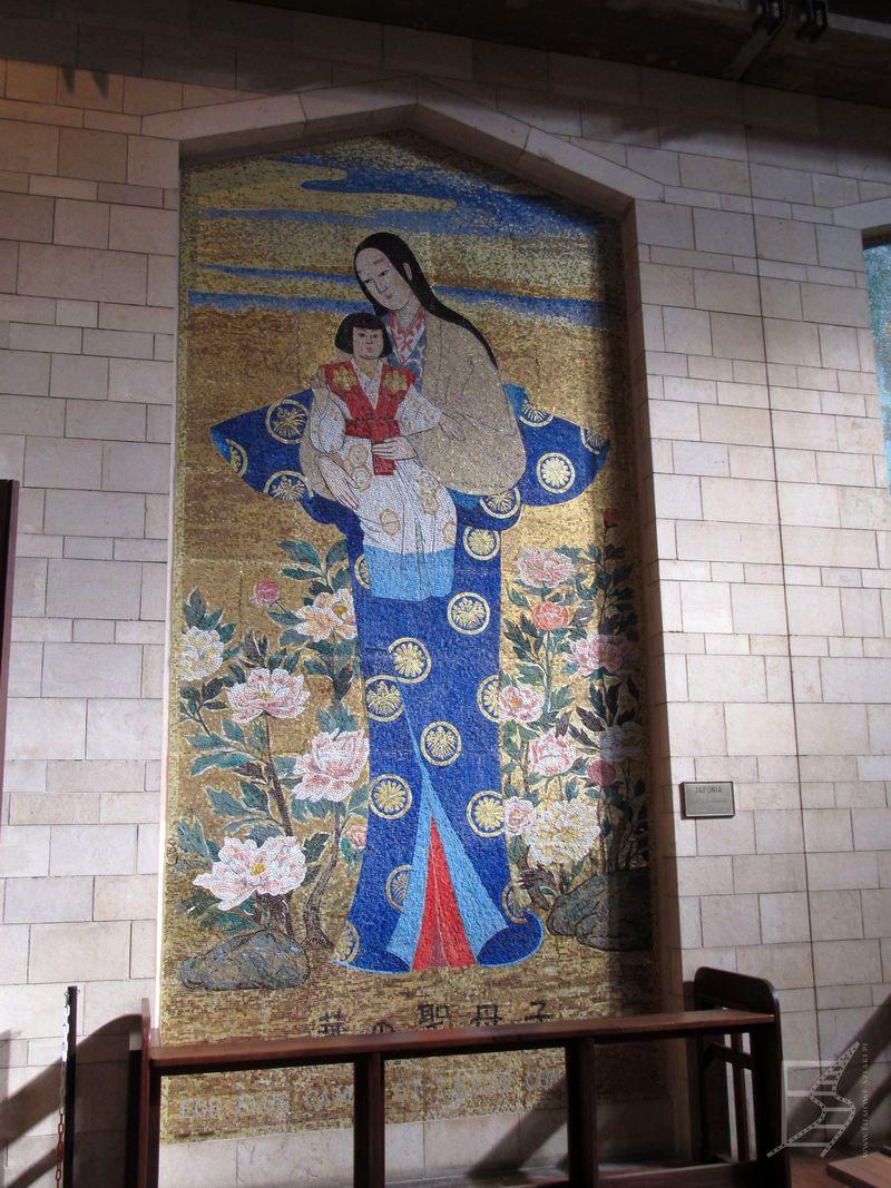 Jeden z przykładowych obrazów Matki Boskiej z całego świata w Bazylice. (Nazaret)