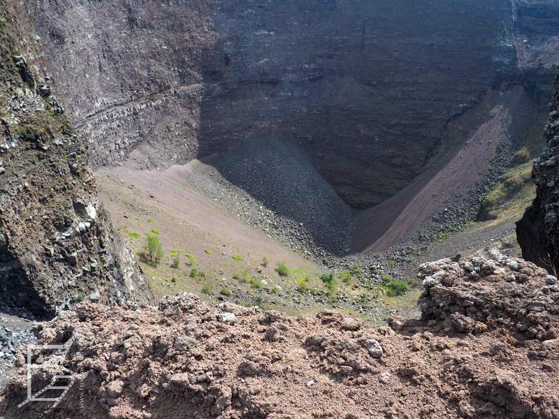 Krater (zarośnięty zielenią) widziany z góry