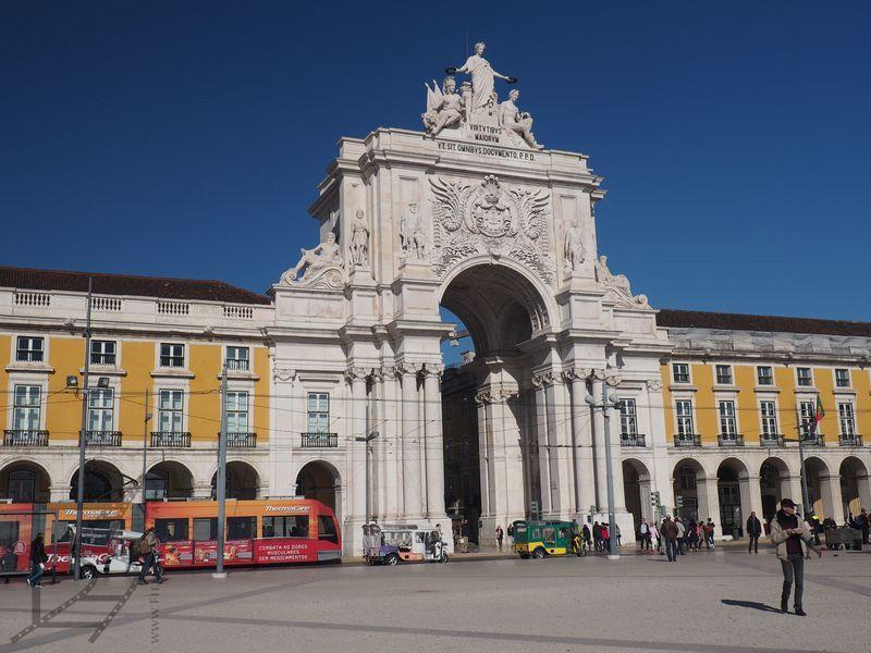 Słynna Brama Arco Rua August na placu Comercio