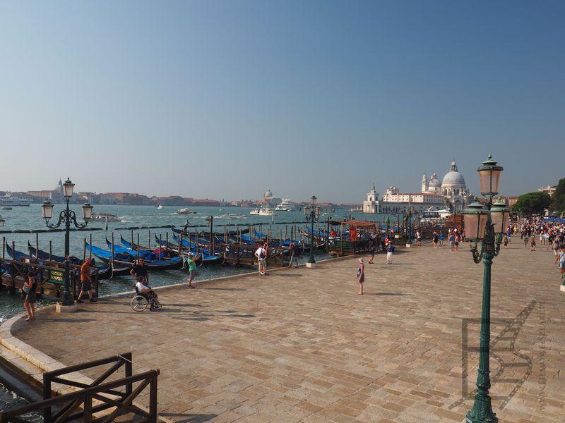 Ujęcie z przystani gondoli obok placu św. Marka na Wenecję i bazylikę Santa Maria della Salute