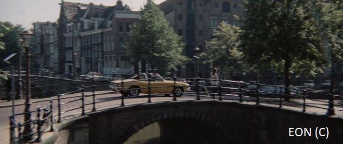 """James Bond przejeżdżający przez most (""""Diamenty są wieczne"""", Amsterdam)"""