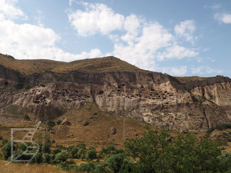 Widok z dołu. To skalne miasto Gruzji jest dość rozległe.